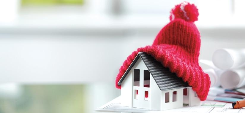 Petite maison avec un bonnet rouge