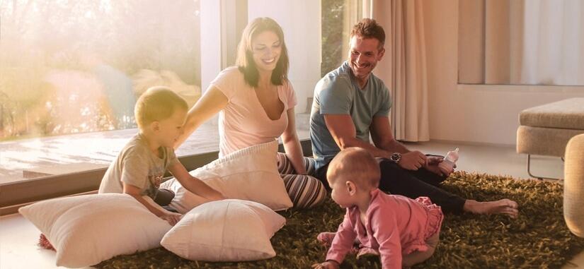 Famille dans un salon qui s'amuse