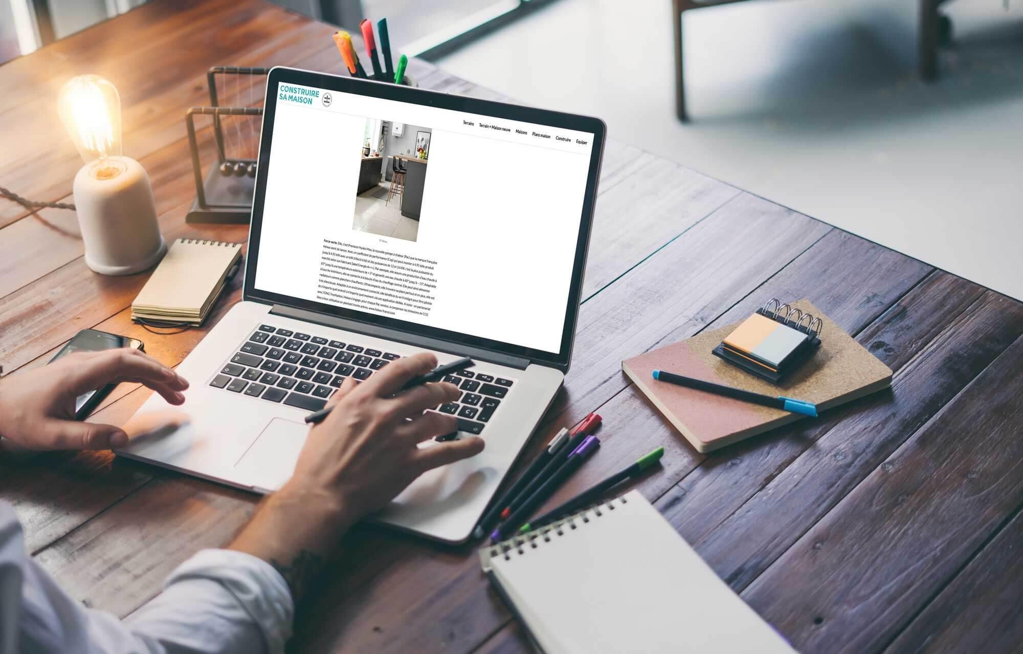 ordinateur avec article du web magazine Construire sa Maison sur Heiwa