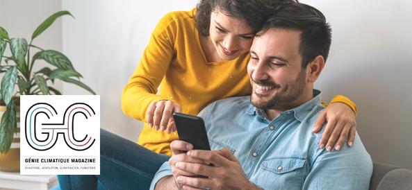 Visuel couple devant son téléphone