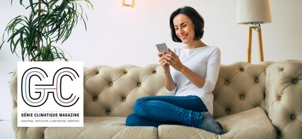 Femme sur son canapé avec un téléphone