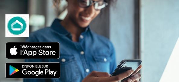 Visuel femme sur son téléphone avec logos App Store et Google Play Store