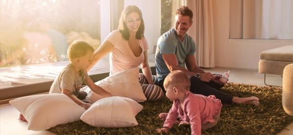 Famille dans un salon quis 'amuse