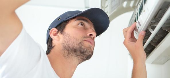 Installateur qui installe une climatisation heiwa