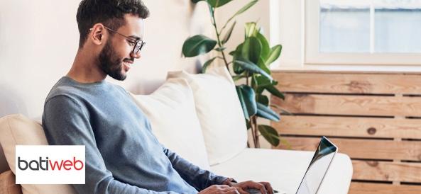 Jeune homme sur son ordinateur