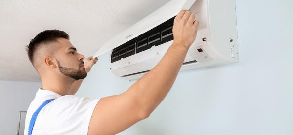 homme en train d'installer une climatisation