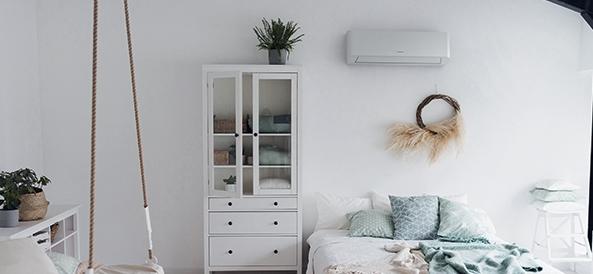 chambre avec un climatiseur mural heiwa